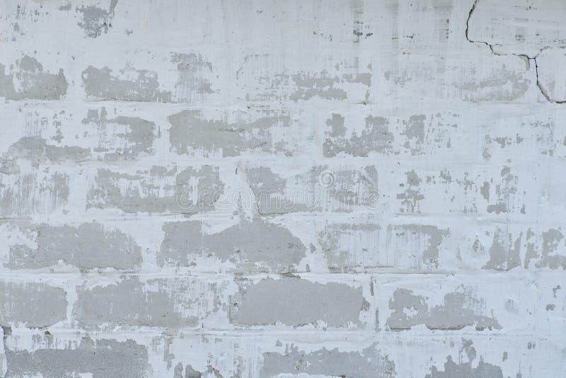 Muro di mattoni bianco con pittura misera fotografie stock libere da diritti