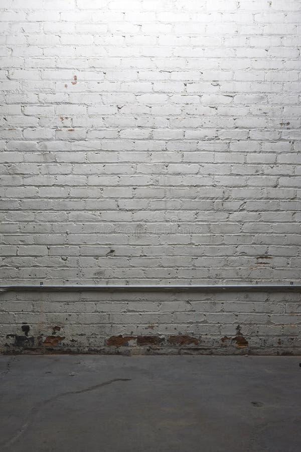 Muro di mattoni bianco fioco illuminato fotografia stock