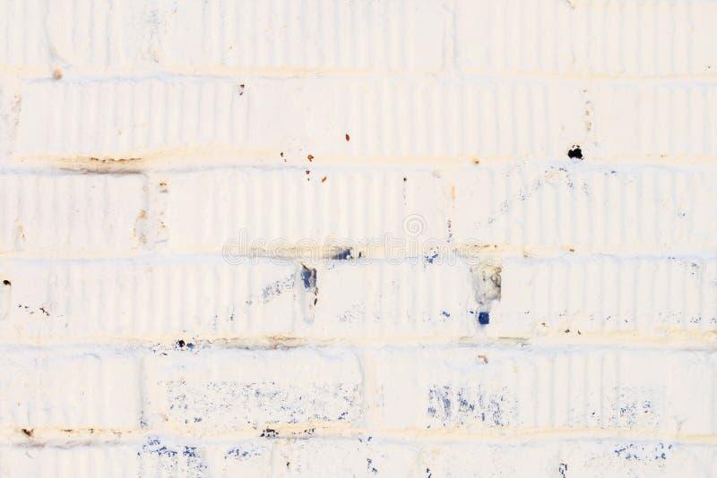 Muro di mattoni bianco macchiato di vecchio lerciume con gesso Per fondo moderno, la progettazione del modello, della carta da pa immagini stock libere da diritti