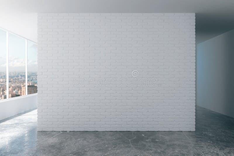 Muro di mattoni bianco nella stanza del sottotetto con la vista della città fotografie stock libere da diritti