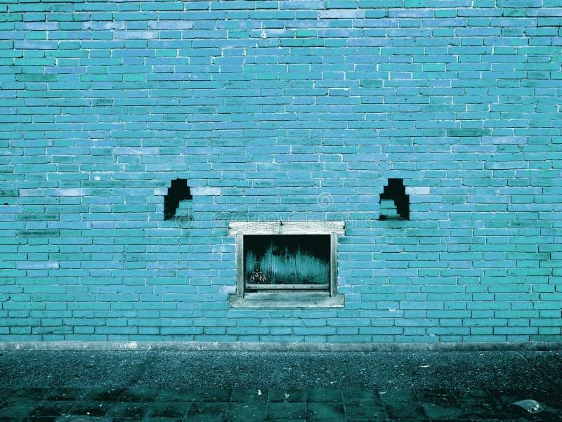 Muro di mattoni blu con struttura del fondo della pittura della sbucciatura immagine stock libera da diritti