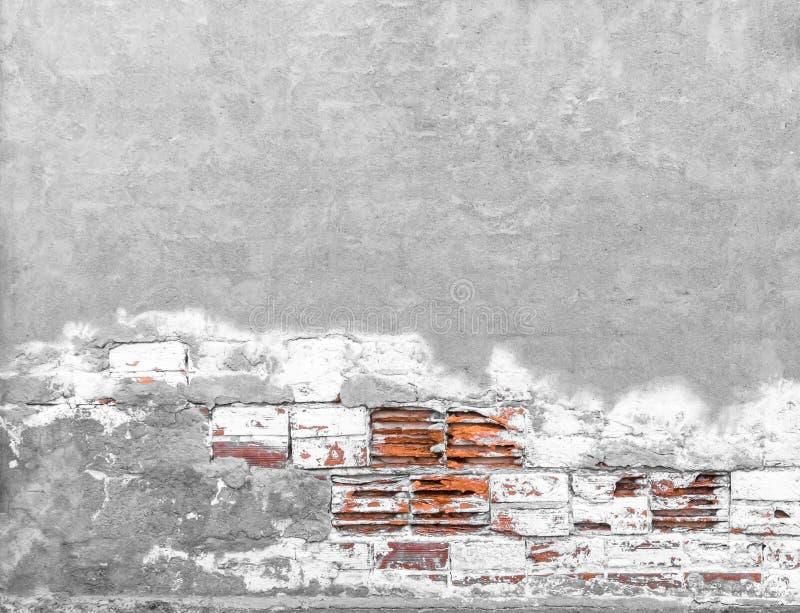 Muro di mattoni con gesso scheggiato fotografia stock libera da diritti