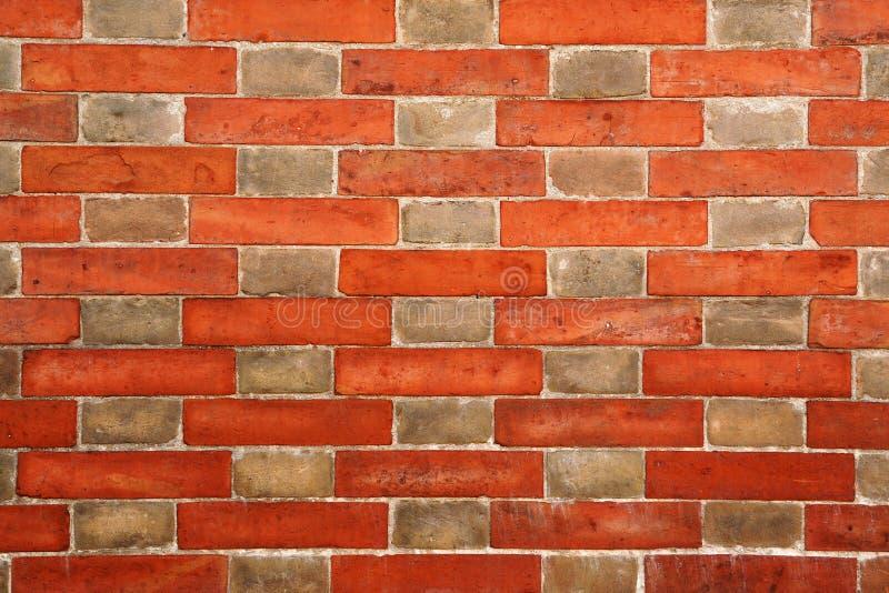 Muro di mattoni con il reticolo alternante immagini stock