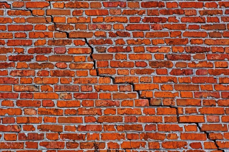 Muro di mattoni con la crepa diagonale fotografia stock libera da diritti