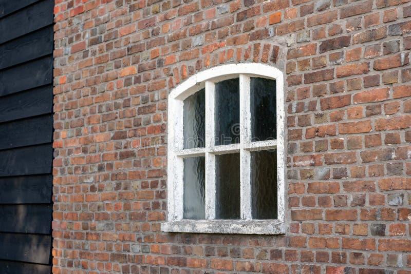 Muro di mattoni con la finestra concreta dipinta bianco fotografia stock libera da diritti