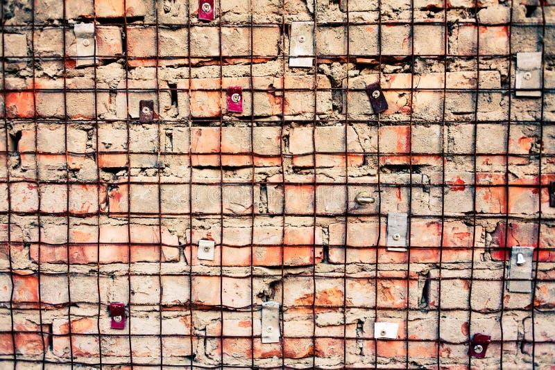 Muro di mattoni con la griglia del ferro fotografie stock libere da diritti