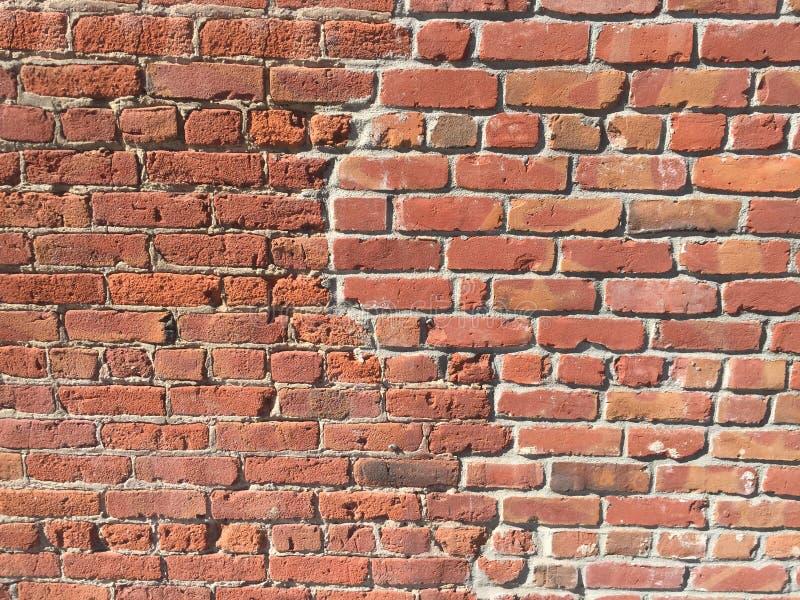 Muro di mattoni con la toppa della crepa immagine stock libera da diritti