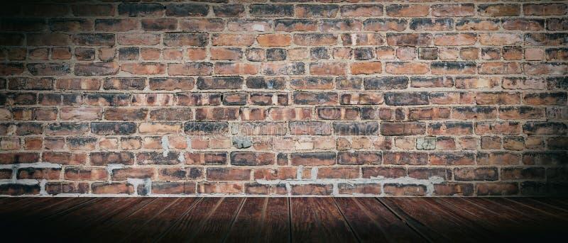 Muro di mattoni d'annata e pavimento di legno, stanza vuota Struttura panoramica del fondo, spazio della copia immagine stock