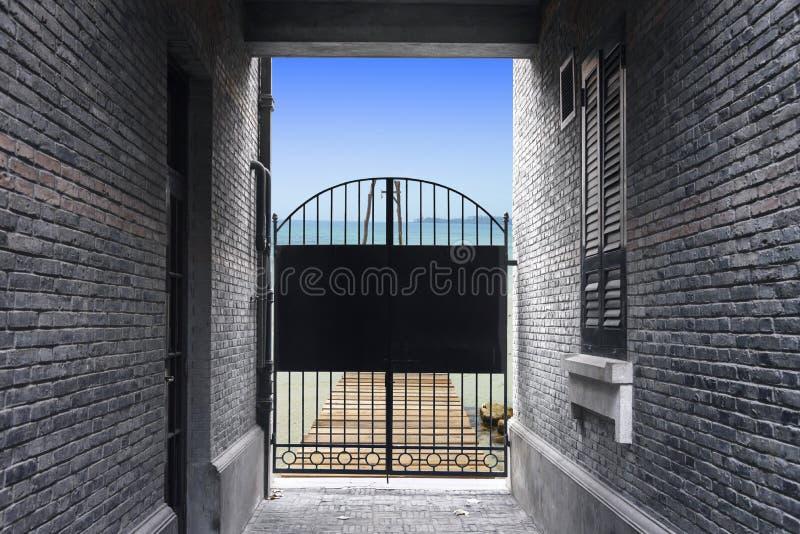 Muro di mattoni e fine d'acciaio nera della porta, bloccanti probabilità t di libertà immagini stock