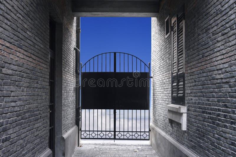 Muro di mattoni e fine d'acciaio nera della porta, bloccanti probabilità t di libertà immagine stock