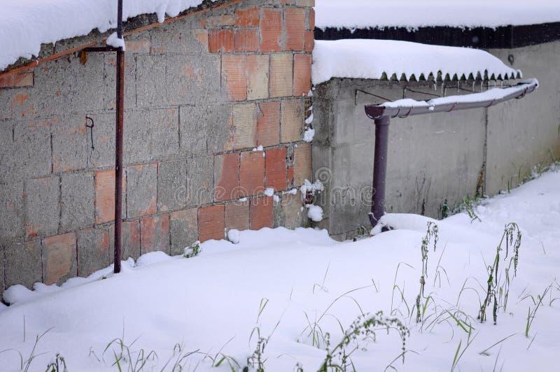 Muro di mattoni e percorso nevoso fotografia stock