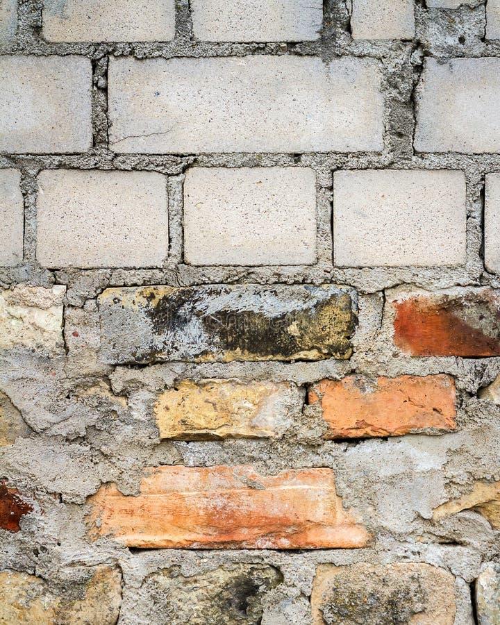 Muro di mattoni giallo e rosso bianco immagini stock libere da diritti