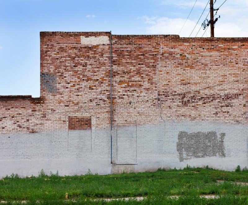 Muro di mattoni Grungy in città urbana fotografia stock