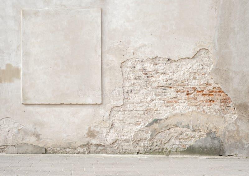 Muro di mattoni incrinato abbandonato con una struttura dello stucco fotografie stock libere da diritti