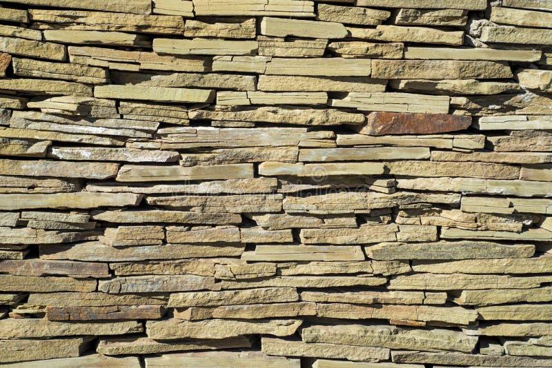 Muro di mattoni irregolare con la varie tinta e forme di mattone Fondo alla moda della parete di pietra fotografie stock libere da diritti