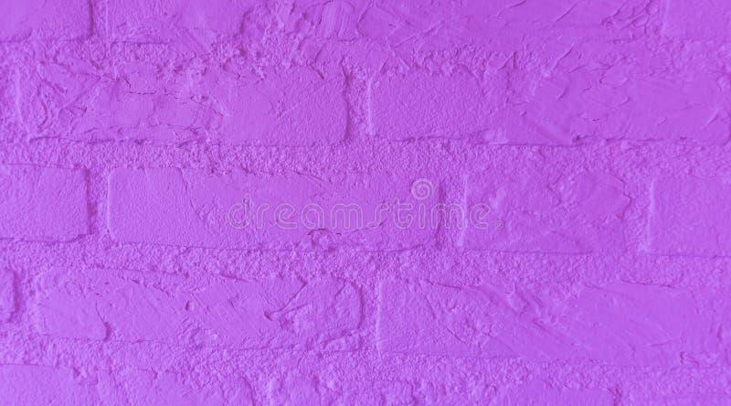 Muro di mattoni di pietra porpora al neon moderno con i grandi mattoni vicini sul modello del fondo fotografia stock