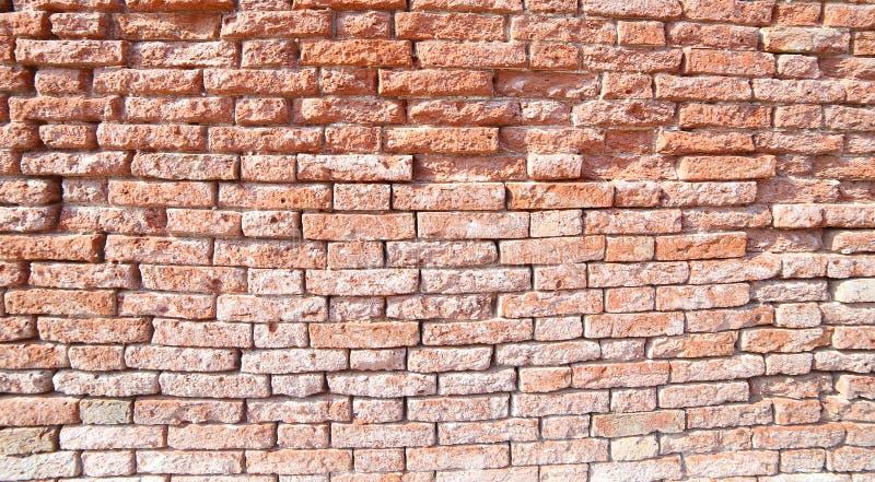muro di mattoni rosso di vecchio scheggiato in una Camera immagine stock libera da diritti