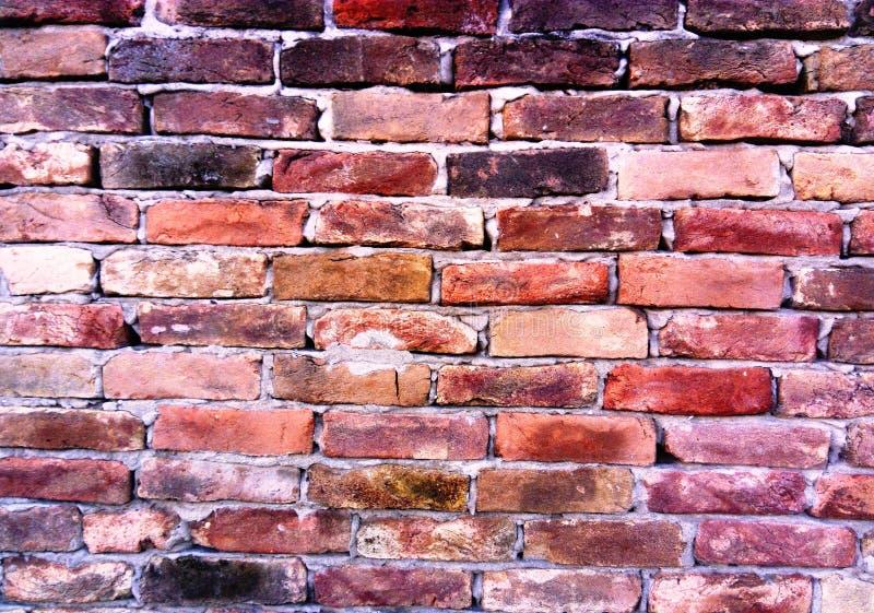 Muro di mattoni rosso invecchiato fatto di mattoni molto vecchi immagini stock libere da diritti