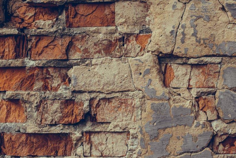 Muro di mattoni rosso nelle crepe Fine rotta del muro di mattoni su Vecchio muro di mattoni rovinato Muro di mattoni dilapidato S fotografia stock libera da diritti