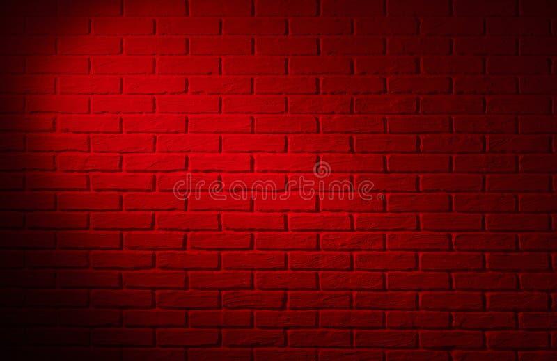Muro di mattoni rosso scuro con effetto della luce ed ombra, backg astratto fotografia stock libera da diritti