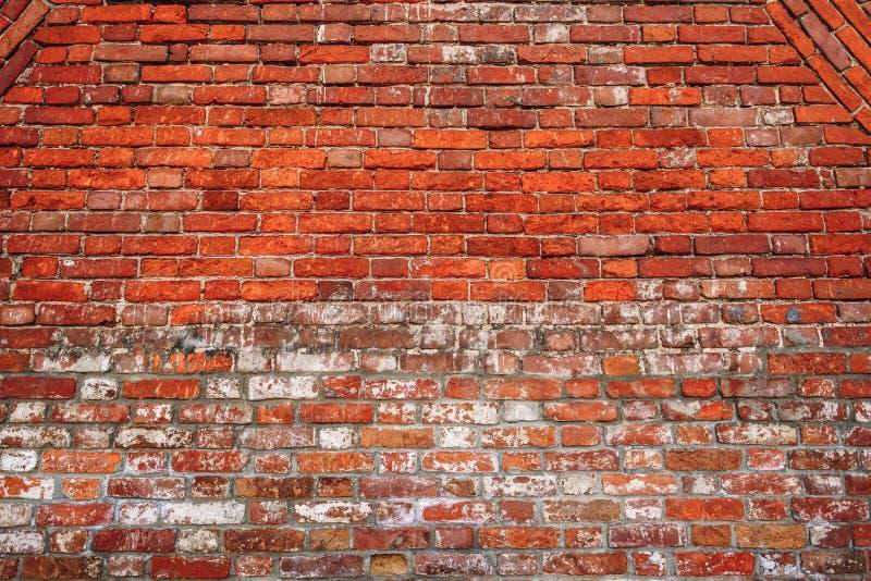 Muro di mattoni scheggiato immagini stock