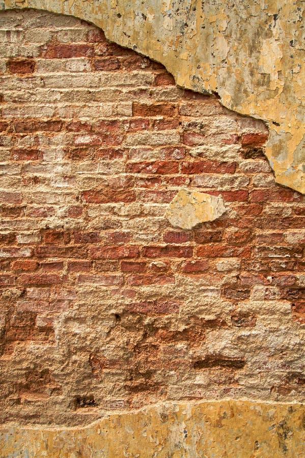 Muro di mattoni urbano incrinato strutturato immagine stock