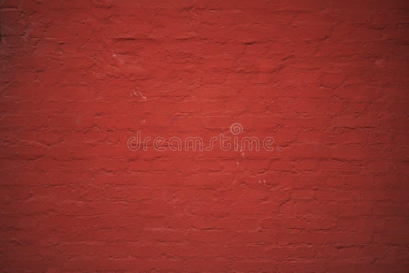 Muro di mattoni verniciato rosso fotografia stock libera da diritti