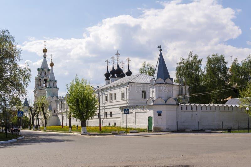 murom russia 08 kan 2019 Den gamla fyrkanten i staden av Murom med sikter av kloster royaltyfri bild
