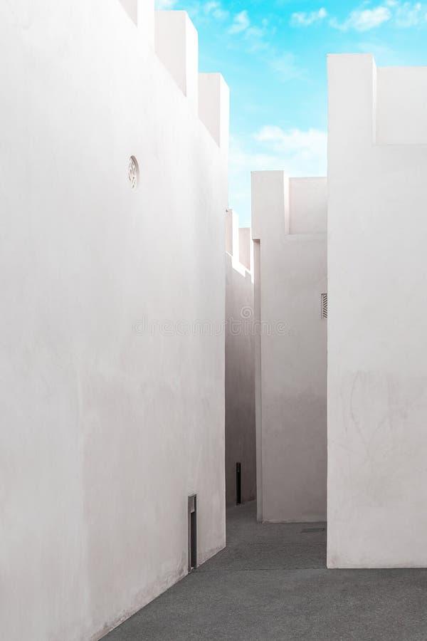 Muros blancos limpios de arquitectura tradicional arabia, Sharjah, Emiratos Árabes Unidos fotografía de archivo