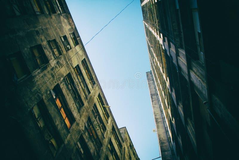 Muros de cemento mohosos con el cielo azul fotos de archivo libres de regalías