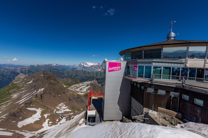 Murren, Schilthorn: 20 luglio 2016: Piattaforma di osservazione di Schilthorn, il migliore posto per vedere la catena montuosa di fotografia stock libera da diritti