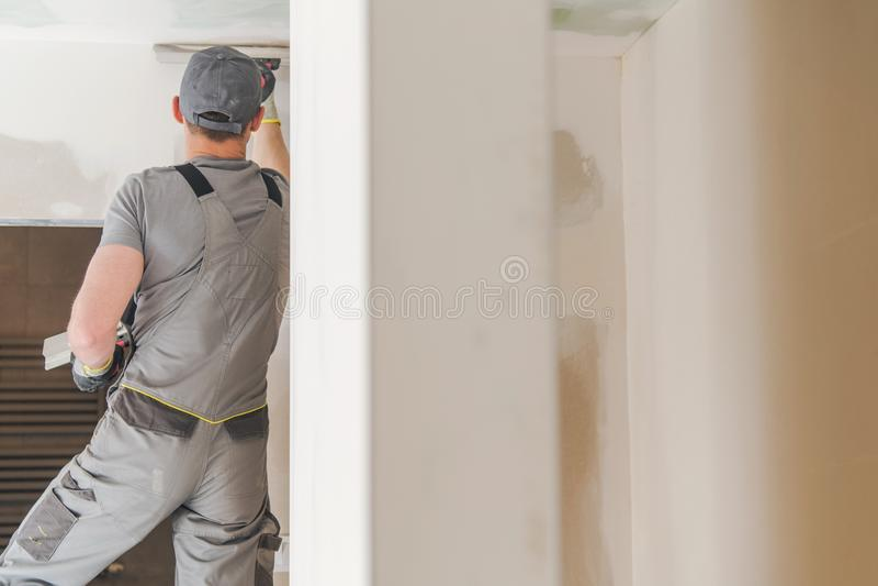 Murs à la maison de finition de travailleur photo libre de droits