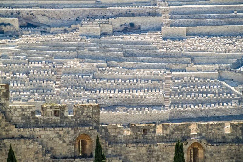 Murs antiques autour de cimetière juif sur le mont des Oliviers photographie stock libre de droits
