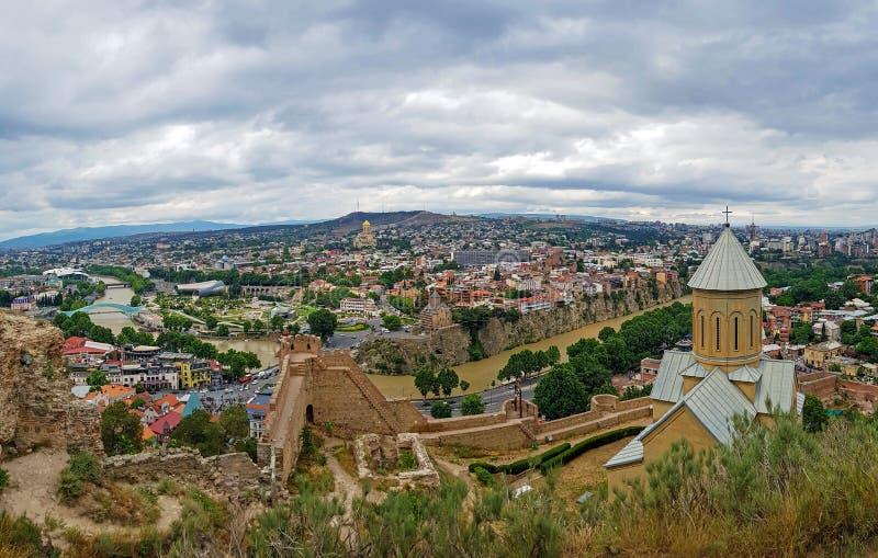 Murs antiques de forteresse de Narikala avec l'église récemment reconstituée de Saint-Nicolas donnant sur Tbilisi, la capitale de photo stock