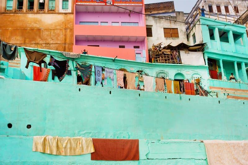 Murs colorés des maisons indiennes rustiques de pauvres personnes avec des balcons image stock