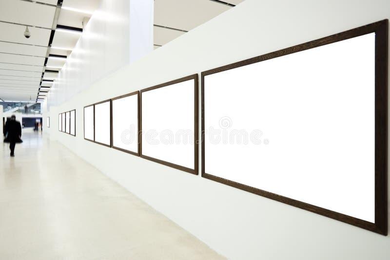 Murs dans le musée avec les trames et la personne vides images stock