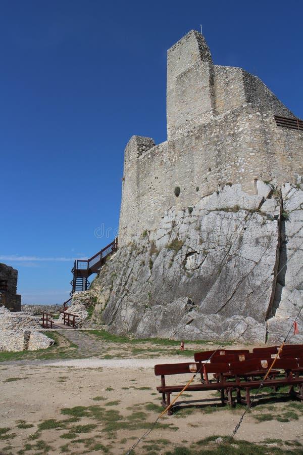 Murs de château de Beckov image stock