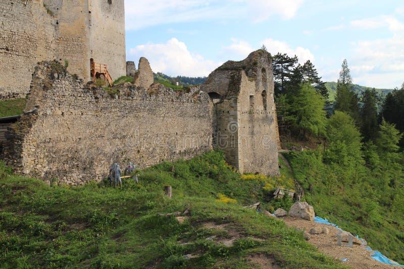 Murs de château de Lietava, secteur de Zilina images stock