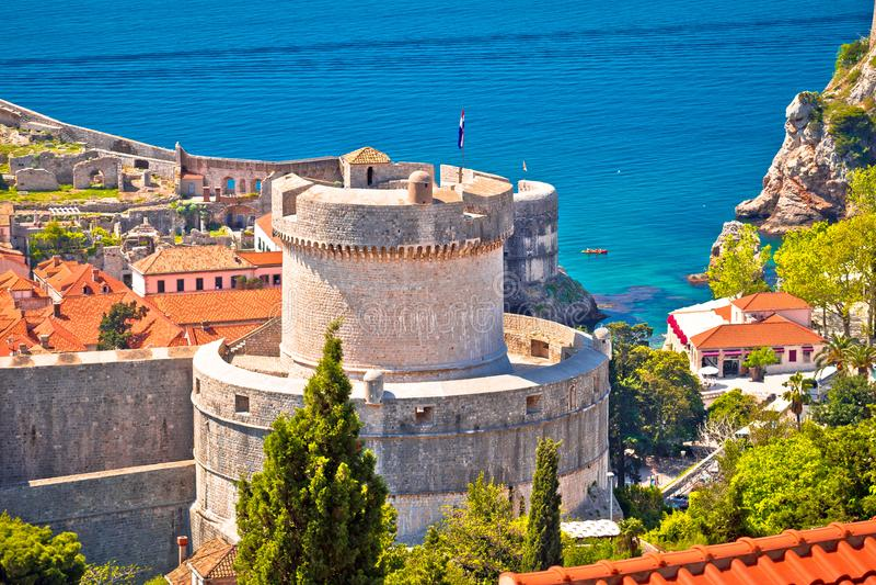 Murs de Dubrovnik et vue de tour de Minceta photo stock