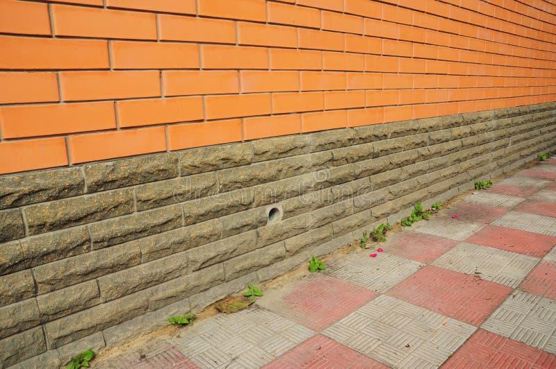 Murs de imperméabilisation de sous-sol de nouvelle construction de l'extérieur photo stock
