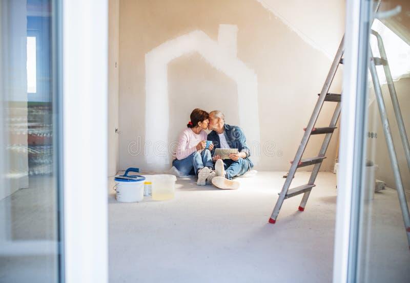 Murs de peinture de couples sup?rieurs dans la nouvelle maison, embrassant Concept de relocalisation images libres de droits