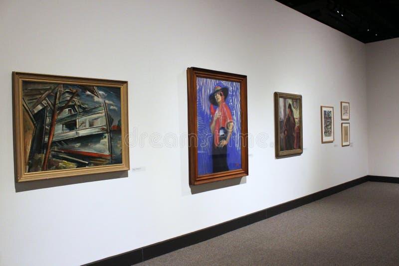 Murs de pièce couverts de photos encadrées accueillant des visiteurs pour voir la vision de l'artiste de Woodstock, musée d'é image libre de droits
