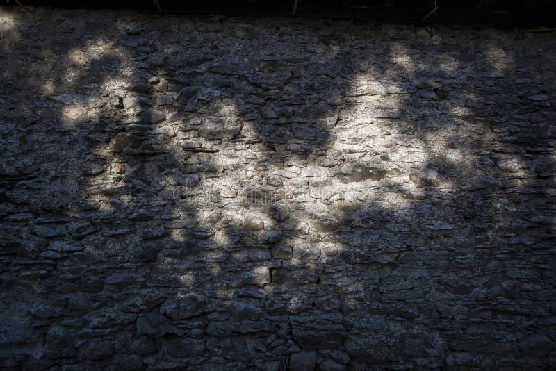Murs de pierres sèches allumés avec la lumière du soleil d'or photos libres de droits