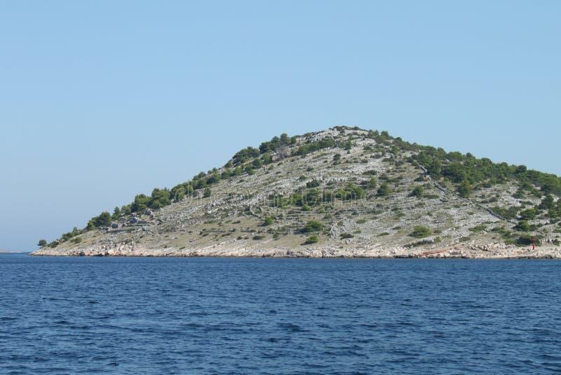 Murs de pierres sèches sur des îles de Kornati photos stock