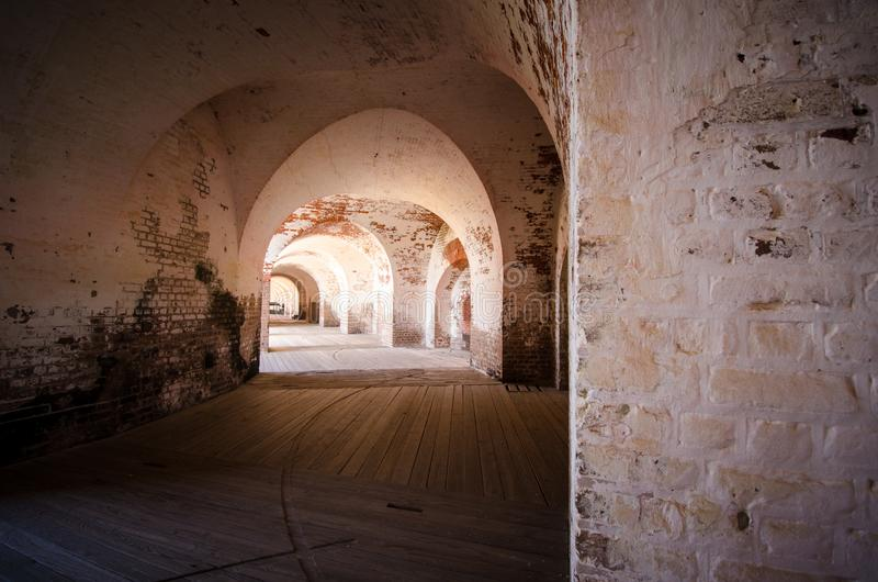 Murs de voûte de brique à l'intérieur du couloir du monument national de Pulaski de fort en Géorgie photo stock