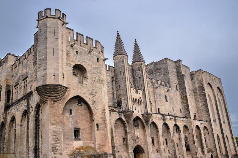 Murs du château médiéval des papes dans la ville d'Avignon photo libre de droits