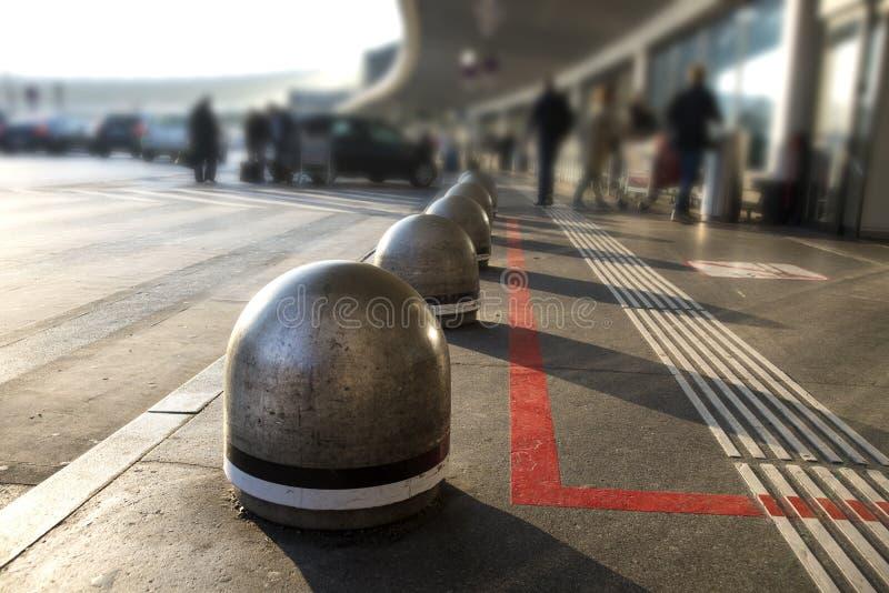 Murs en béton pour que s'arrêter entre dans le bâtiment d'aéroport à Vienne images stock