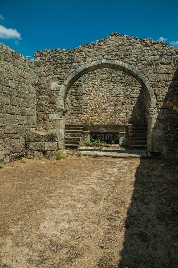 Murs en pierre et vo?te aux ruines de l'?glise de la piti? image libre de droits