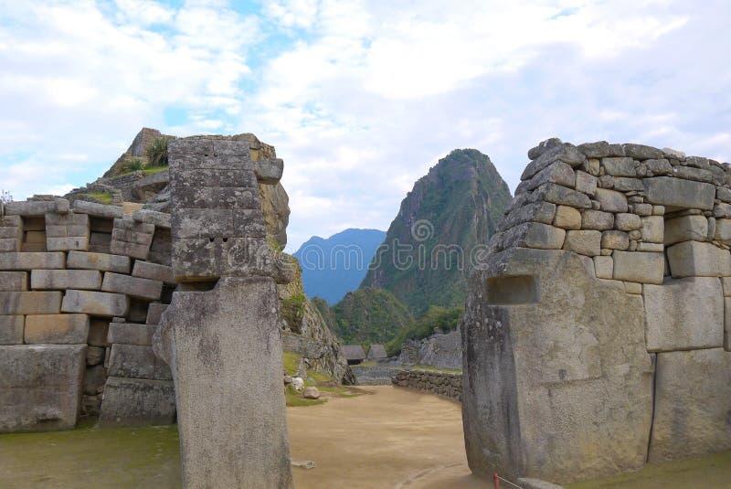 Murs en pierre massifs de s'abaisser chez Machu Picchu photo libre de droits