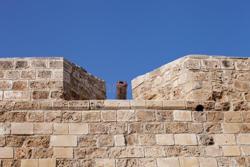 Murs et canons antiques de château de Larnaca dans la cour, Chypre photographie stock libre de droits